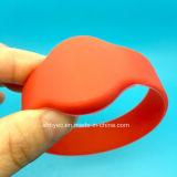 Bracelete dos Wristbands do silicone RFID do HF 13.56MHz ISO14443A FM08 do logotipo de Cotom para parques de diversões