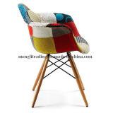 白ののどの革クッションが付いている現代食事の肘のない小椅子