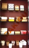 Коричневый крафт-бумаги продовольствия из окна машины паил продовольствия бумаги