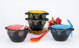 De ceramische Kom van de Soep die met Lepel wordt geplaatst