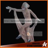 발레리나 춤 Maidens Ms 072에 있는 나비 동상의 부인