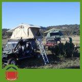 背部スカートの別館が付いている屋外のキャンプ車の屋根の上のテント