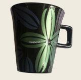 Caneca fina da porcelana com o decalque da flor para a promoção