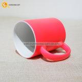 Taza de cerámica de colores para un regalo de cumpleaños