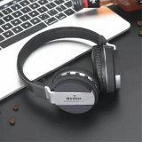 手はステレオのイヤホーンの無線Bluetoothのヘッドホーンを取り消す耳のタイプ騒音に放す