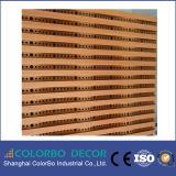 O som da sala de conferências absorve o painel acústico de madeira