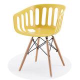 너도밤나무 나무 다리를 가진 디자이너 플라스틱 의자