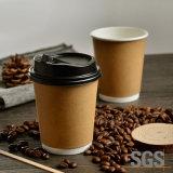 テイクアウトの二重壁の熱いコーヒーはプラスチックふたが付いている紙コップを飲む