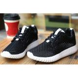 女性のための歩きやすいスポーツのスニーカーの靴