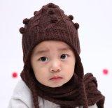 暖められた冬によって編まれる赤ん坊の帽子の帽子