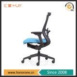 調節可能なArmrest高密度有用なファブリック家具のコンピュータのオフィスの椅子