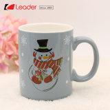 La tazza di ceramica di natale con il disegno della Santa per il regalo domestico di festa e della decorazione, disegni di Custmized è benvenuta