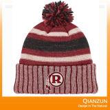 クリスマスのトナカイの雪によって編まれる帽子は、編まれた帽子を設計する
