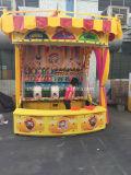 Stalla di carnevale dei giochi del parco di divertimenti delle bottiglie per il latte
