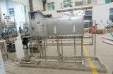 Completare l'acqua di bottiglia dell'animale domestico che fa la macchina imballatrice imbottigliante di riempimento