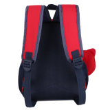 4-6 o aluno da classe caçoa o saco de escola da trouxa