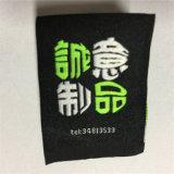 Il commercio all'ingrosso ha stampato il contrassegno dei vestiti tessuto contrassegni dei vestiti con il centro piegato