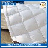 Abajo un colchón de plumas de ganso blanco