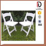 屋外の結婚式(BR-P082)のための卸し売り安く黒く白い樹脂の折りたたみ椅子