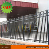 直接工場からの装飾的で黒い鋼鉄塀
