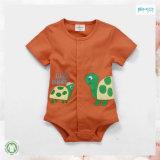 Einfaches Art-Baby, das neugeborenes Mädchen Onesie trägt