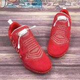 Ботинки людей идущие, ботинки спорта, обувь