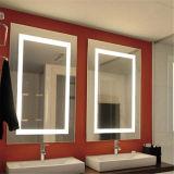 Мы установленное стеной зеркало ванной комнаты гостиницы освещенное контржурным светом СИД освещенное