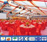 Tienda clara agradable de la carpa para el banquete de boda romántico