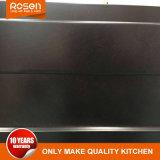 黒い食器棚を塗る木製のベニヤシート