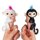 O macaco o mais novo do dedo dos peixes pequenos do brinquedo do bebê