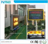 A mensagem montada veículo do diodo emissor de luz da potência solar assina ao ar livre