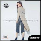 Cardigan lungo lavorato a maglia alla moda personalizzato delle donne del reticolo di marchio
