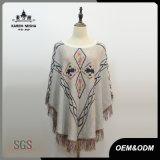 Lavori o indumenti a maglia casuali del poncio delle donne con il bordo della frangia