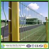 金網の塀、網の塀。 裏庭の金属の塀