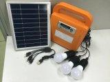 Il LED solare illumina la centrale elettrica domestica con il giocatore della radio di FM e di scheda di deviazione standard