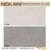 Regarder la tuile mosaïque de marbre de la porcelaine de tuiles de plancher de ciment