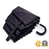 黒い上塗を施してある3つのフォールドの傘、日傘またはギフトの傘または屋外の傘