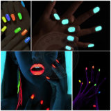 Polvere brillantemente colorata, incandescenza al neon nel pigmento luminescente scuro