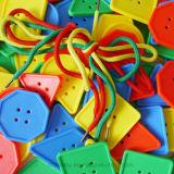 おもちゃを学ぶ幾何学的な通るプラスチックボタンの教育