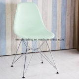 Обставлены деревянной ноги пластиковый стул