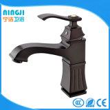 Miscelatore alto del rubinetto del bacino di colore del nero del commercio all'ingrosso della stanza da bagno