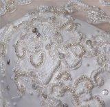 Bordare pesante fuori dall'abito di cerimonia nuziale lungo della sirena dei manicotti della spalla
