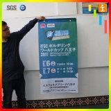 Promozione d'attaccatura del centro commerciale che fa pubblicità alla bandiera