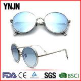 Os óculos de sol redondos coloridos de Ynjn marcam seus próprios