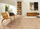 オールドスタイルの木製の表面によって艶をかけられる磁器の床タイルのセラミックタイル