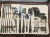 ミラーは木箱のパッケージとセットされた18/8のステンレス鋼24PCSの食事用器具類を磨いた