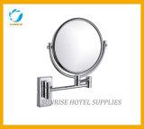 Miroir de vanité fixé au mur d'hôtel sans lumière
