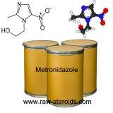 Medicación antibiótico y antiprotozoaria Metronidazole en el polvo cristalino blanco