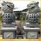 De MiddenGrootte van het Beeldhouwwerk van de Leeuw van de steen