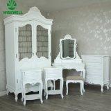 ミラーが付いている旧式なフランスの木製の着服の食器棚